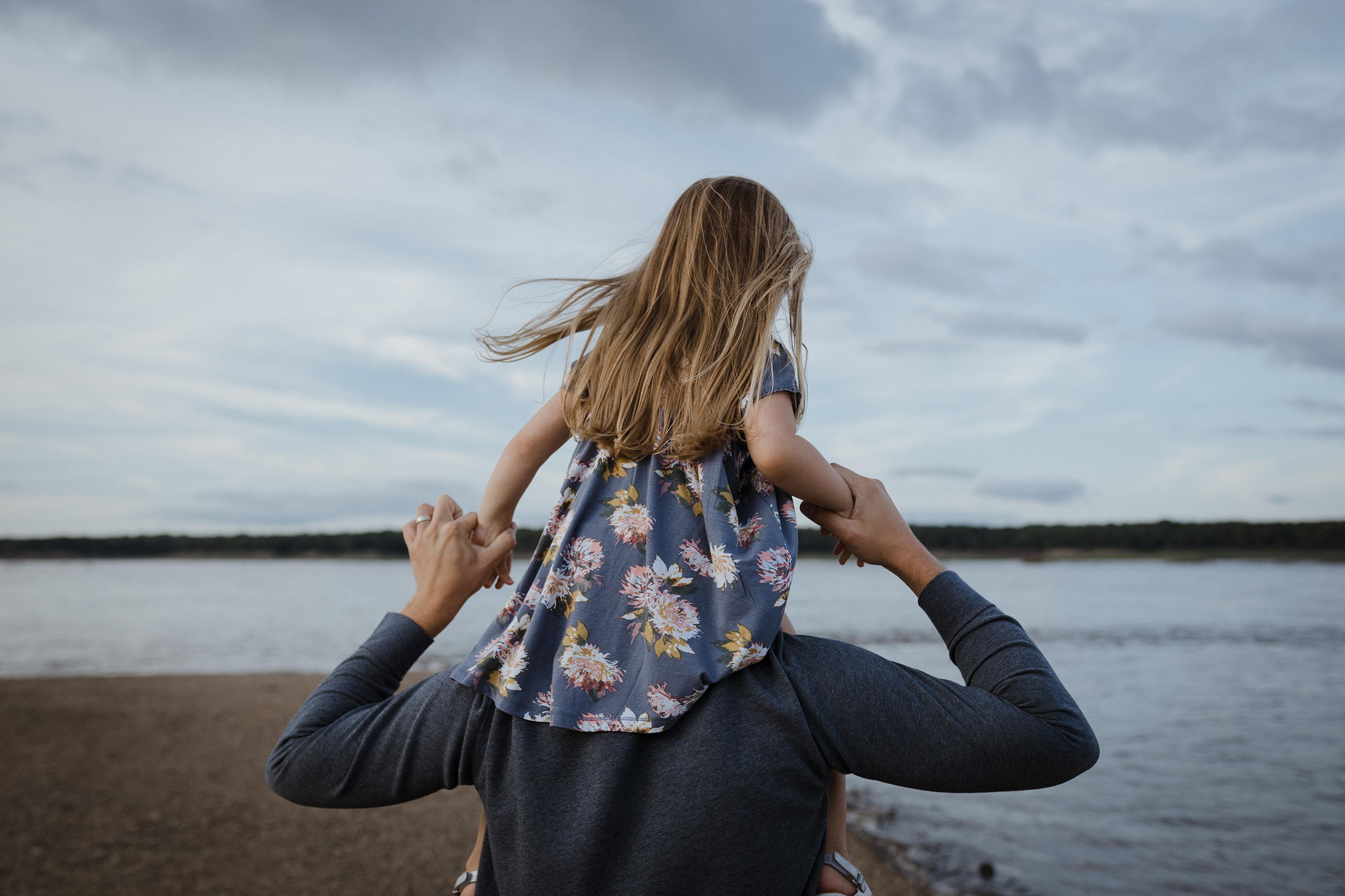 mueller-family-dad-carrying-daughter-on-shoulders-granger-iowa-raelyn-ramey-photography.jpg