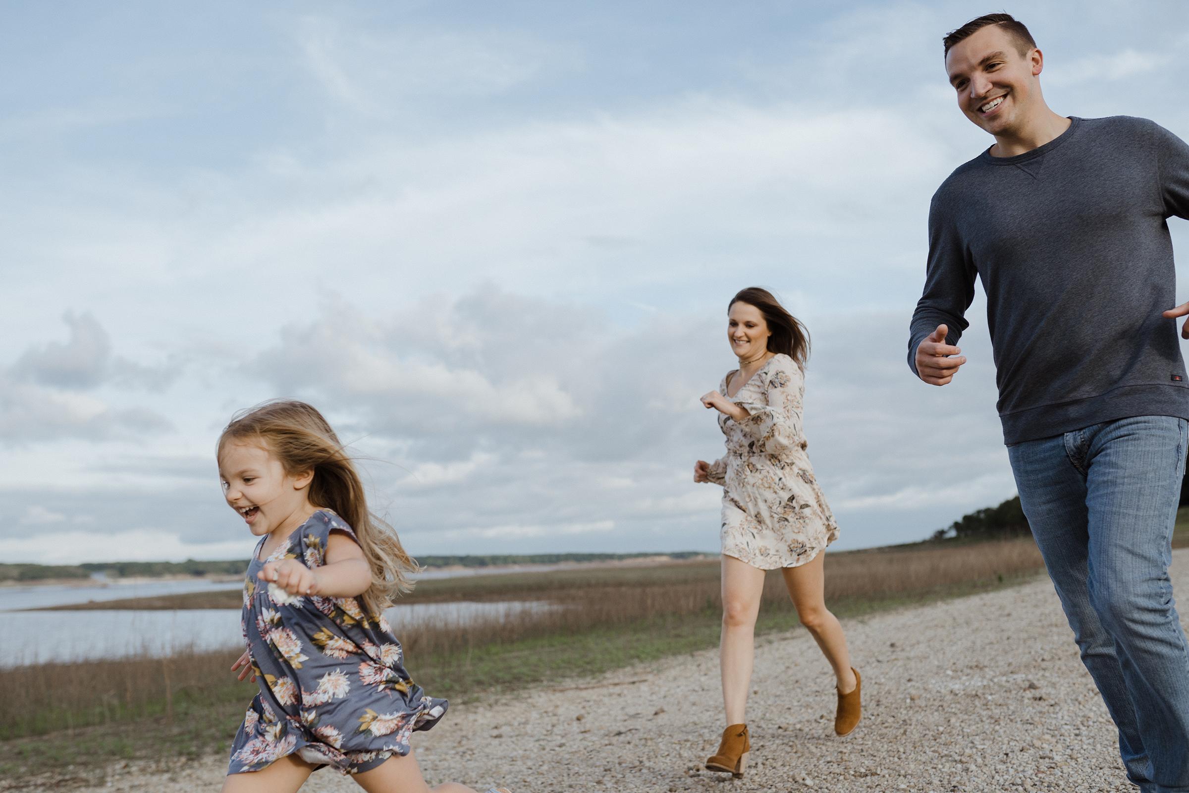 mueller-family-parents-chasing-daughter-granger-iowa-raelyn-ramey-photography.jpg