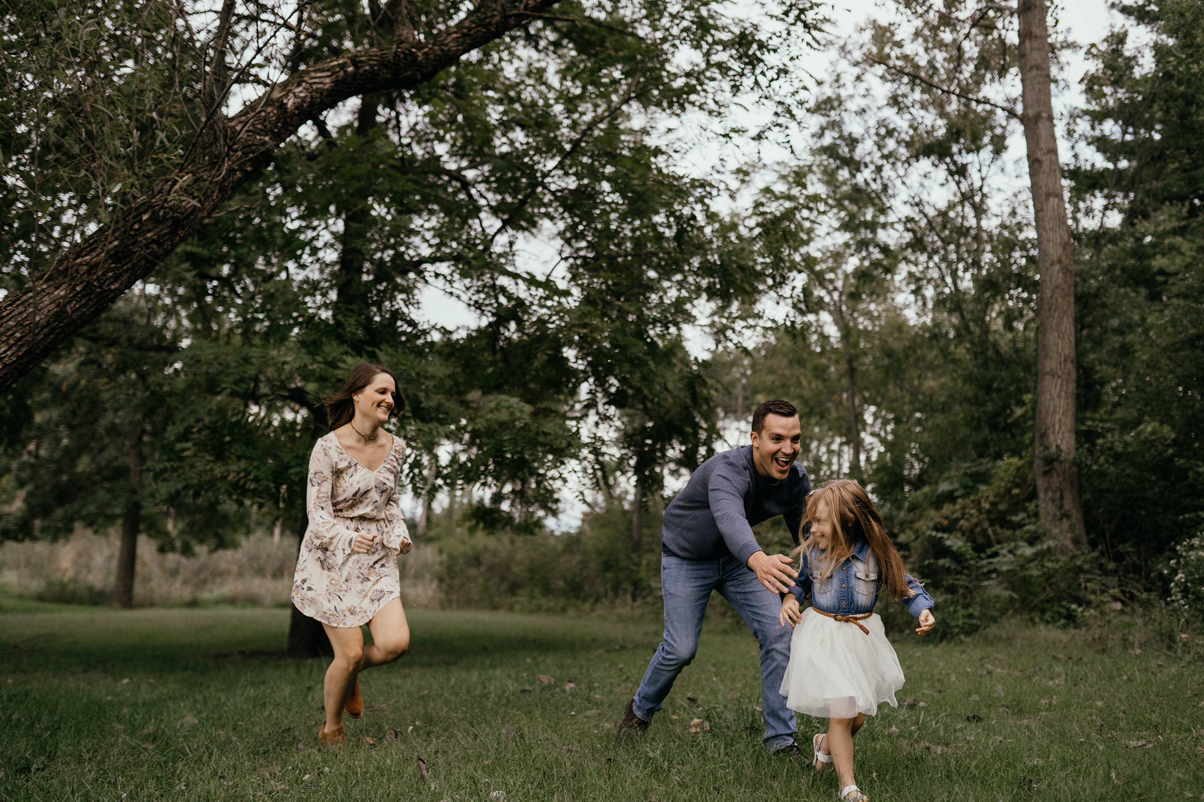 mueller-family-mom-dad-chasing-kid-granger-iowa-raelyn-ramey-photography.jpg