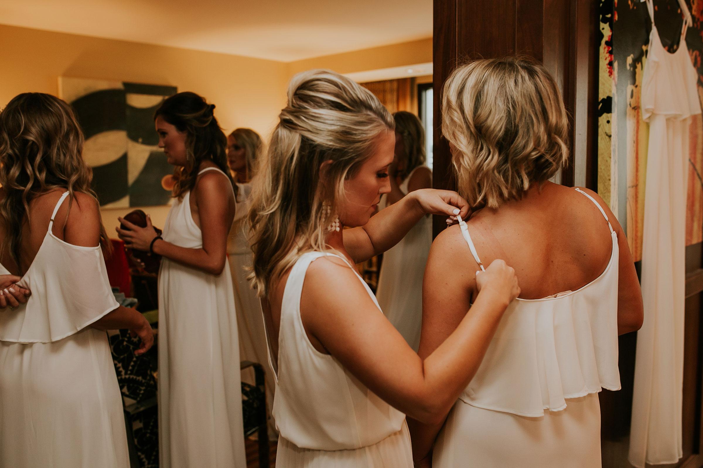bridesmaids-getting-ready-hilton-omaha-nebraska-raelyn-ramey-photography.jpg