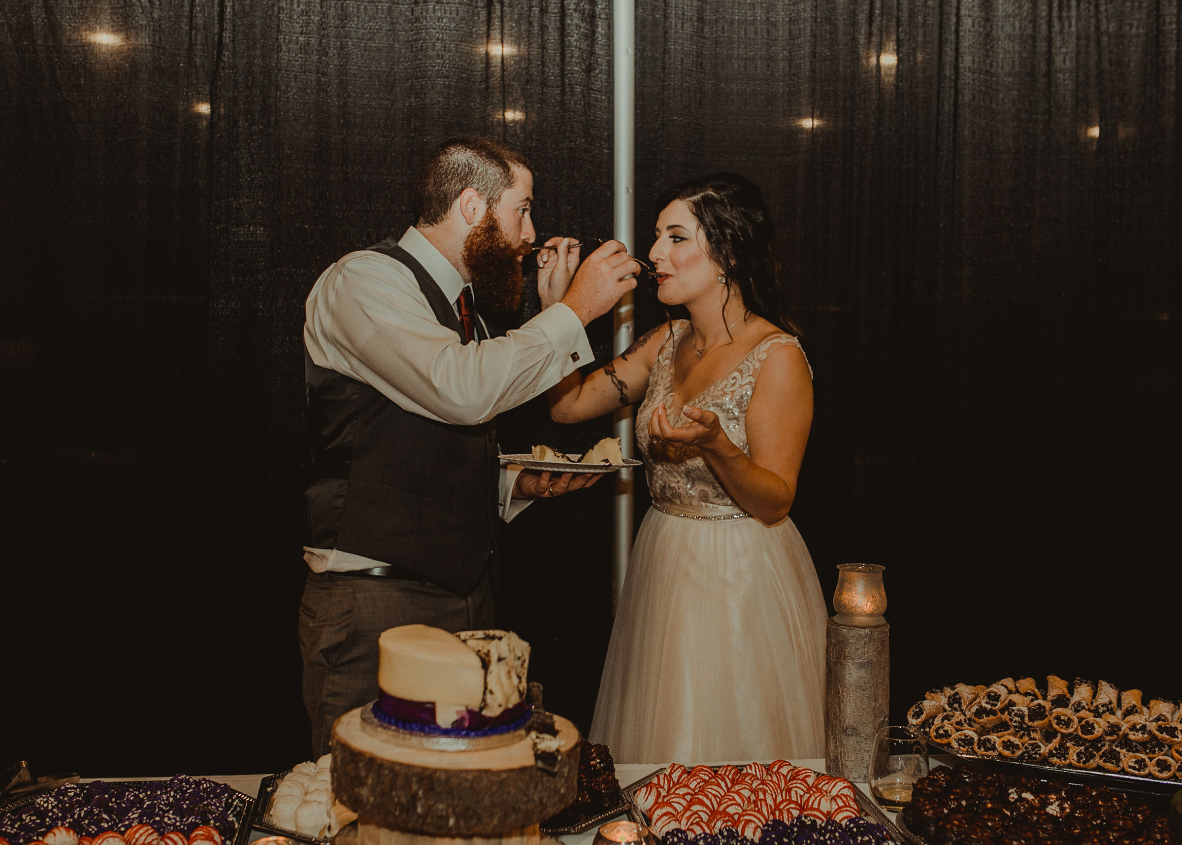 bride-groom-eating-cake-pella-plaza-desmoines-iowa-raelyn-ramey-photography.jpg