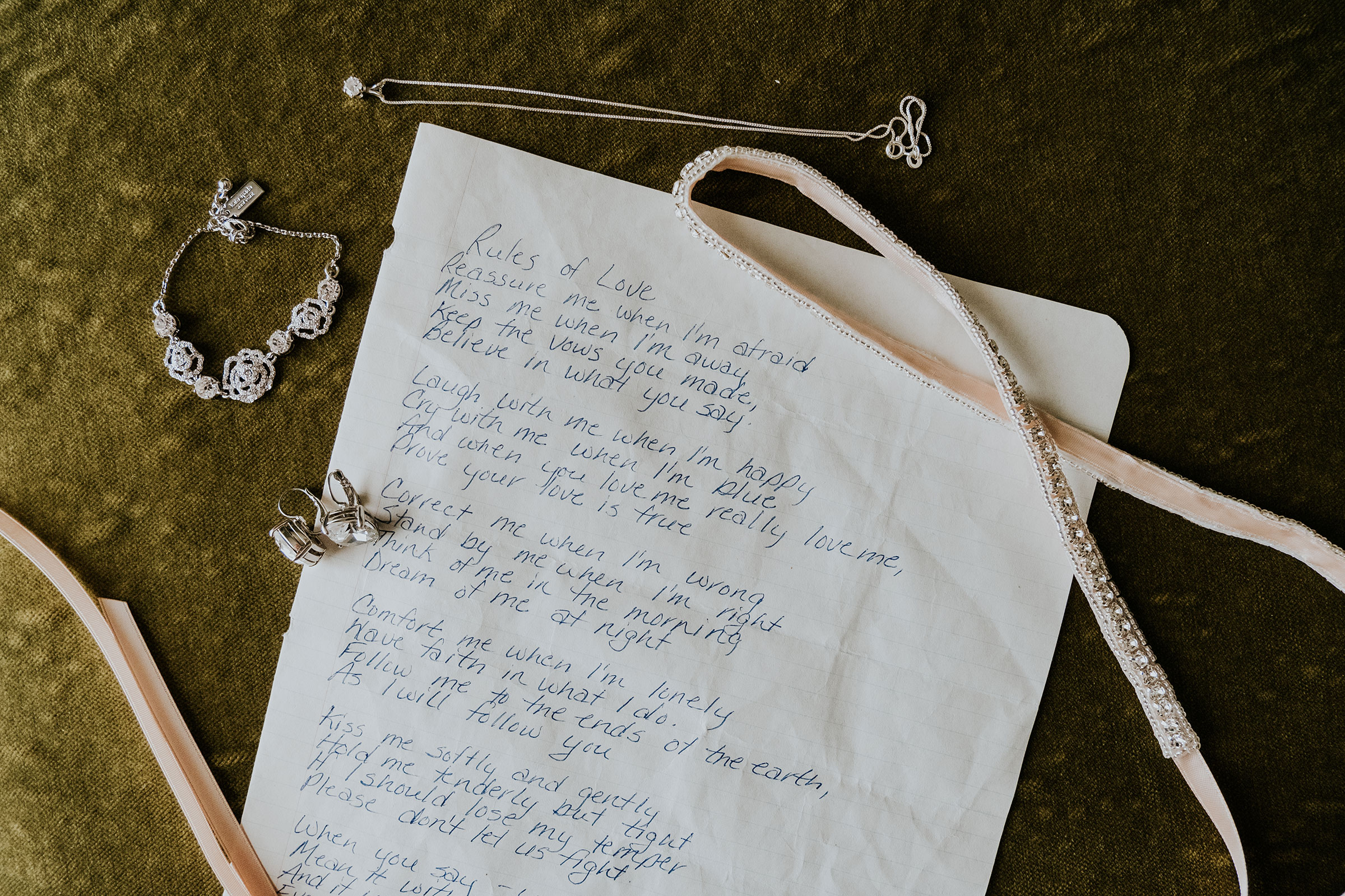 letter-from-grandma-and-brides-jewelry-prairie-meadows-desmoines-iowa-raelyn-ramey-photography.jpg