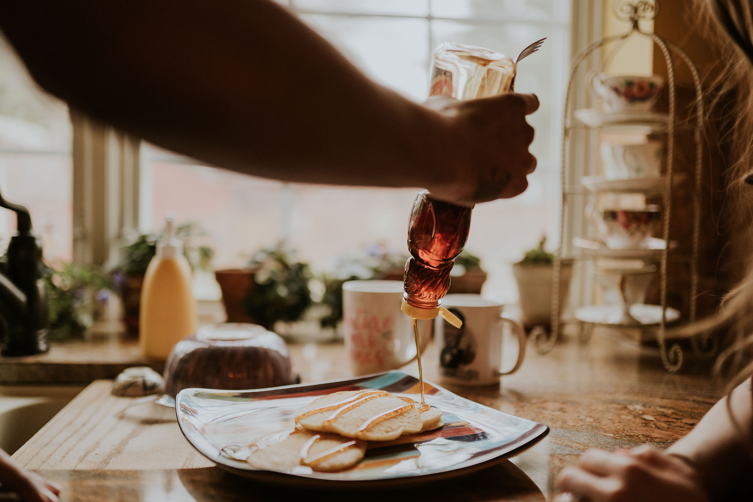 detail-shot-of-syrup-getting-poured-on-pancakes-engagement-desmoines-iowa-raelyn-ramey-photography.jpg
