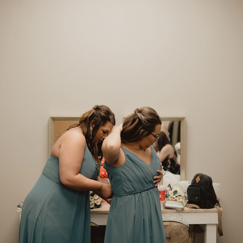 bridesmaids-getting-ready-decades-event-center-building-desmoines-iowa-raelyn-ramey-photography..jpg