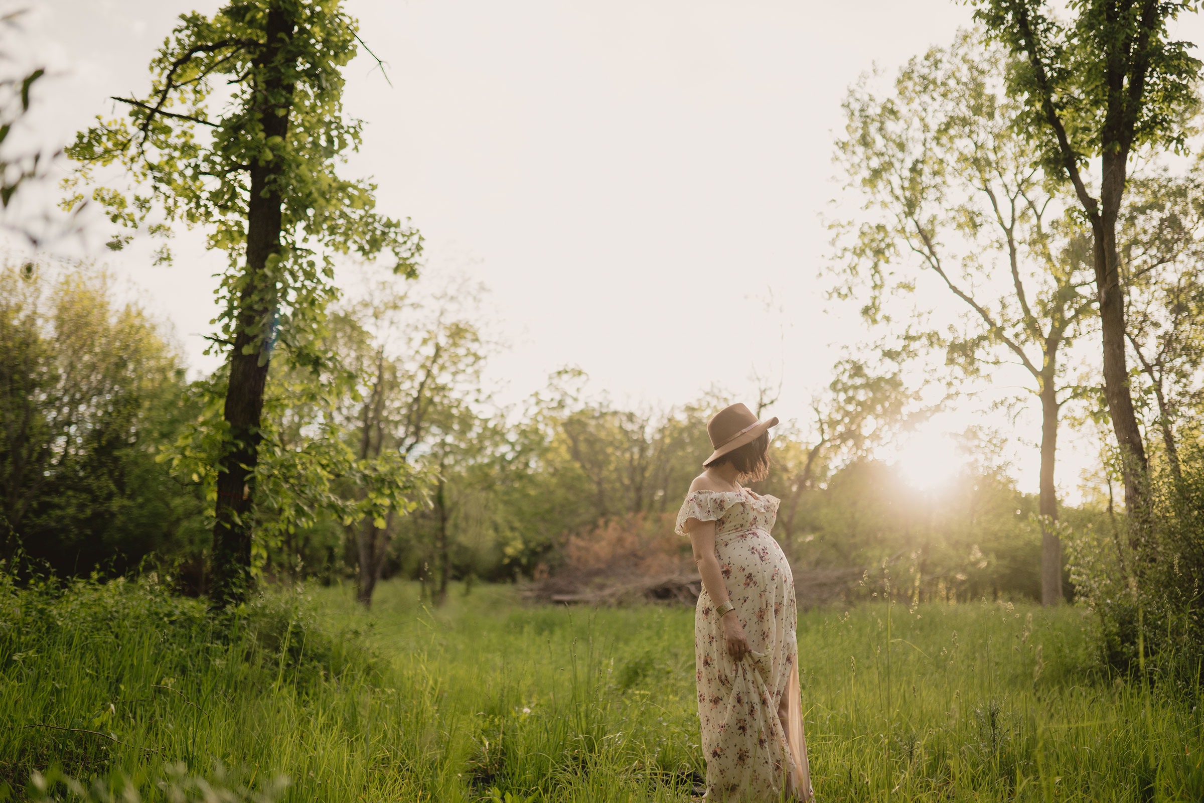pregnant-woman-standing-in-tall-grass-field-maternity-desmoines-iowa-raelyn-ramey-photography.jpg