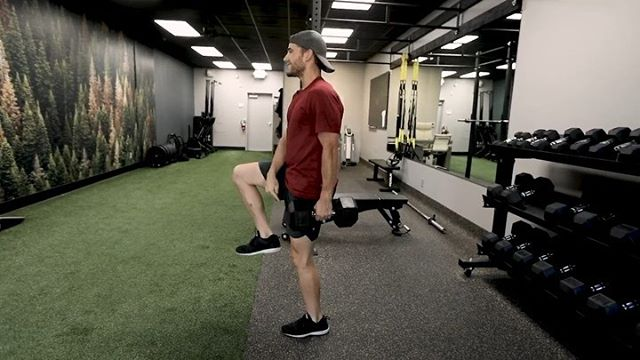 "🦵🏼SINGLE ARM REVERSE LUNGE . Think all lunges are the same?  Try it with the weight on only one side and FEEL the difference.  Hold perfect posture and you will immediately notice your core lighting up.  You can even try putting the weight in the opposite hand just to see what new muscles in your legs it emphasizes. . Try it in the mirror first to makes sure your alignment is correct.  Keep you feet hip distance apart at all times(I notice people tend to step ""in line"" with there front foot). . Stick with 6-10 Reps on each leg(lower for max strength and higher for muscle growth). Link this with a Single Arm Chest Press to make it a Total Body Circuit! . 💬Do you typically add subtle changes to these classic workouts?  Why?  My reasoning is to add functional core work and more efficiency of your time. . 🎥: @kymize #dialedhealth #lunges #mtb #cycling #strengthtraining"