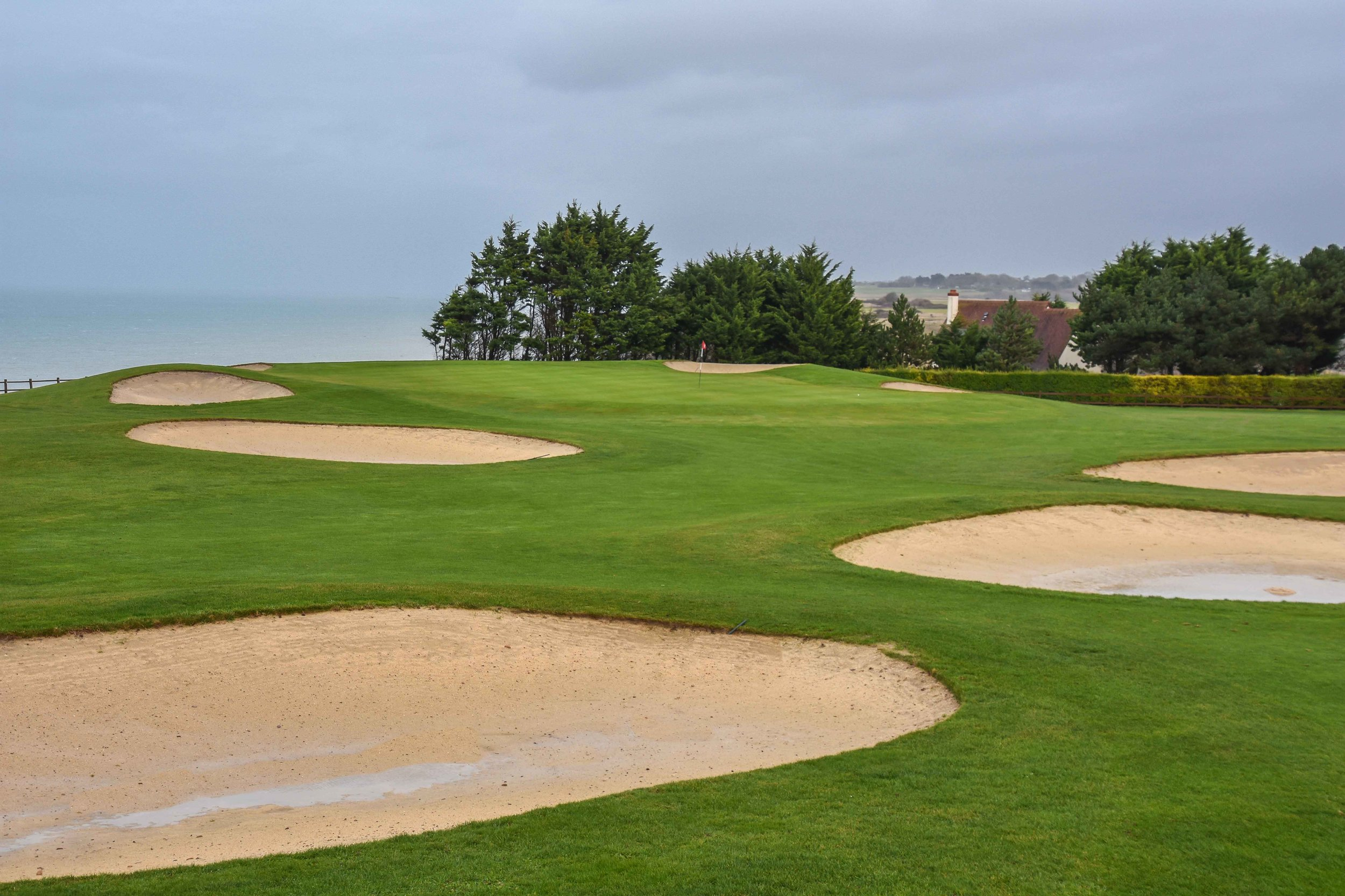 The 6th hole finishes right on the edge of the bluff overlooking the sea.