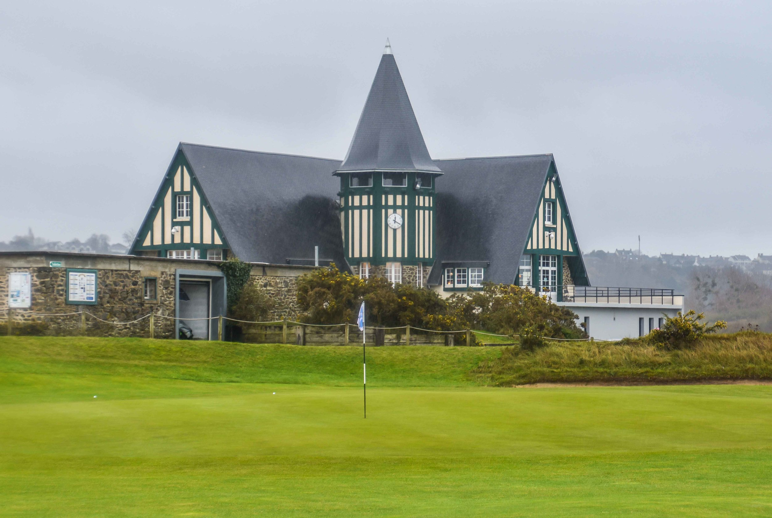 The clubhouse behind the 9th green.