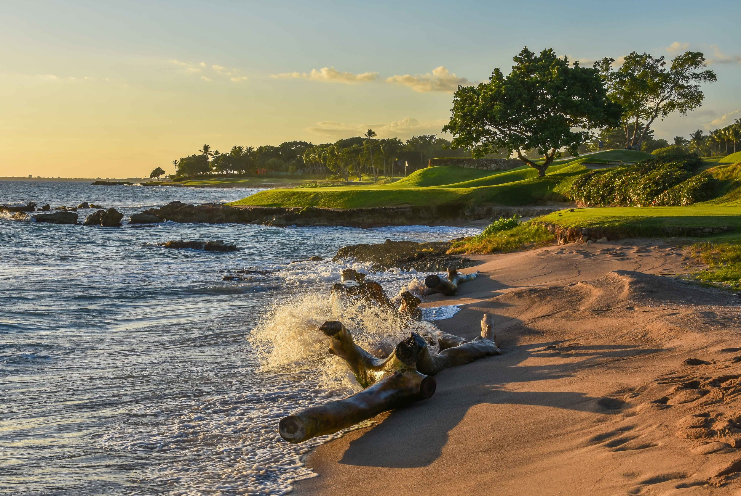 The beach in front of the 5th hole receives a 11/10 beach rating from pjkoenig.com.