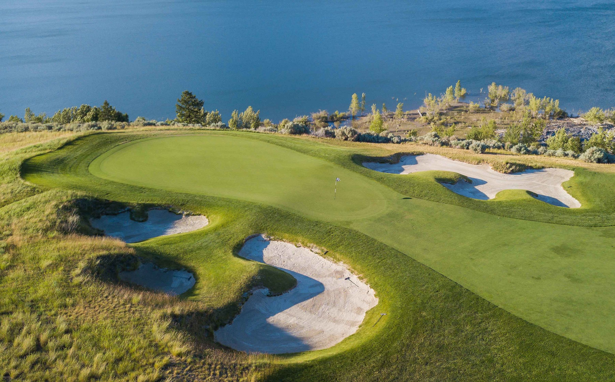 The 8th hole is a long and winding par 5 that finishes close to the water.
