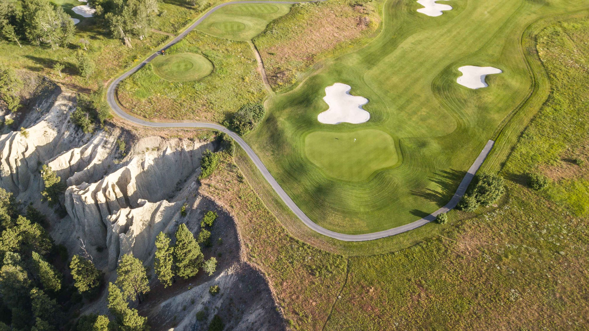 The 2nd hole at Bootleg Gap takes you right up to the  hoodoo's  edge.