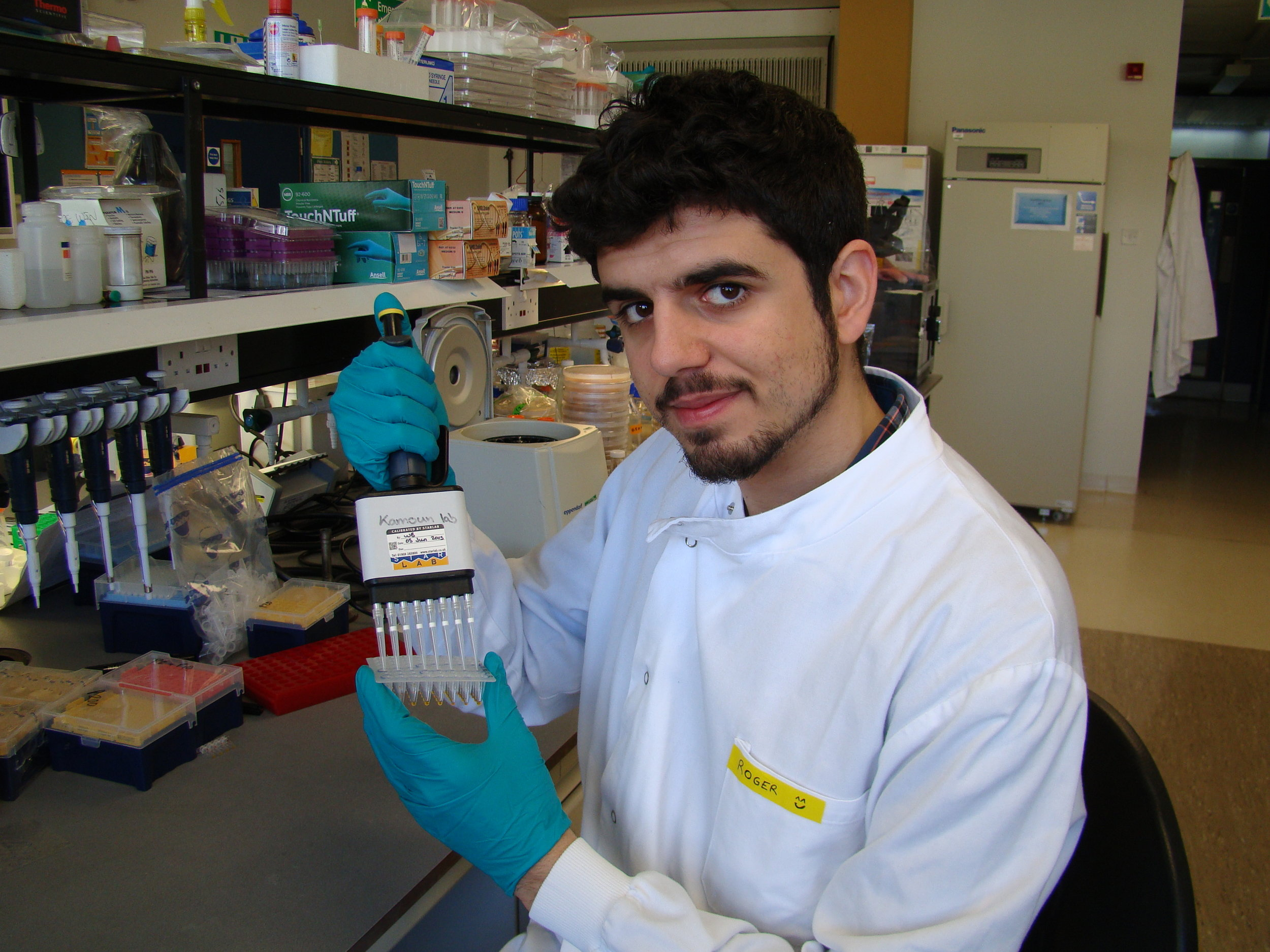 PhD student Roger Castells-Graells in the lab