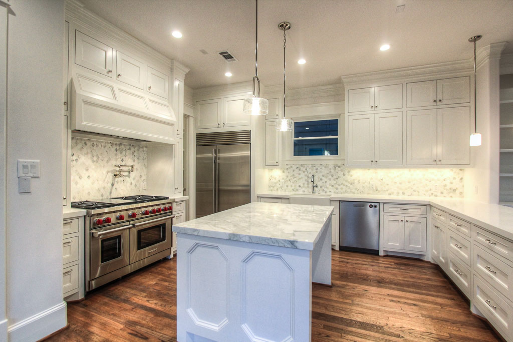 This house abounds with Carrara gold and Calacatta marble selections, particularly on the generous kitchen counter space, adding an air of elegance.