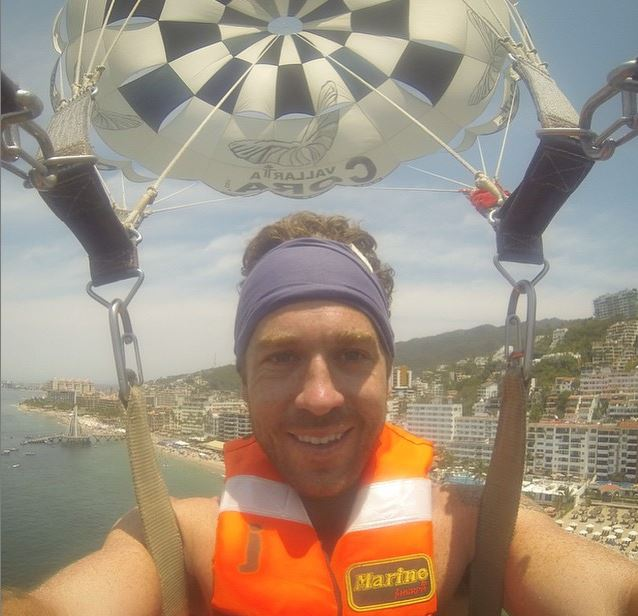 Customer photo parasailing in mexico with our  navy blue mensheadband