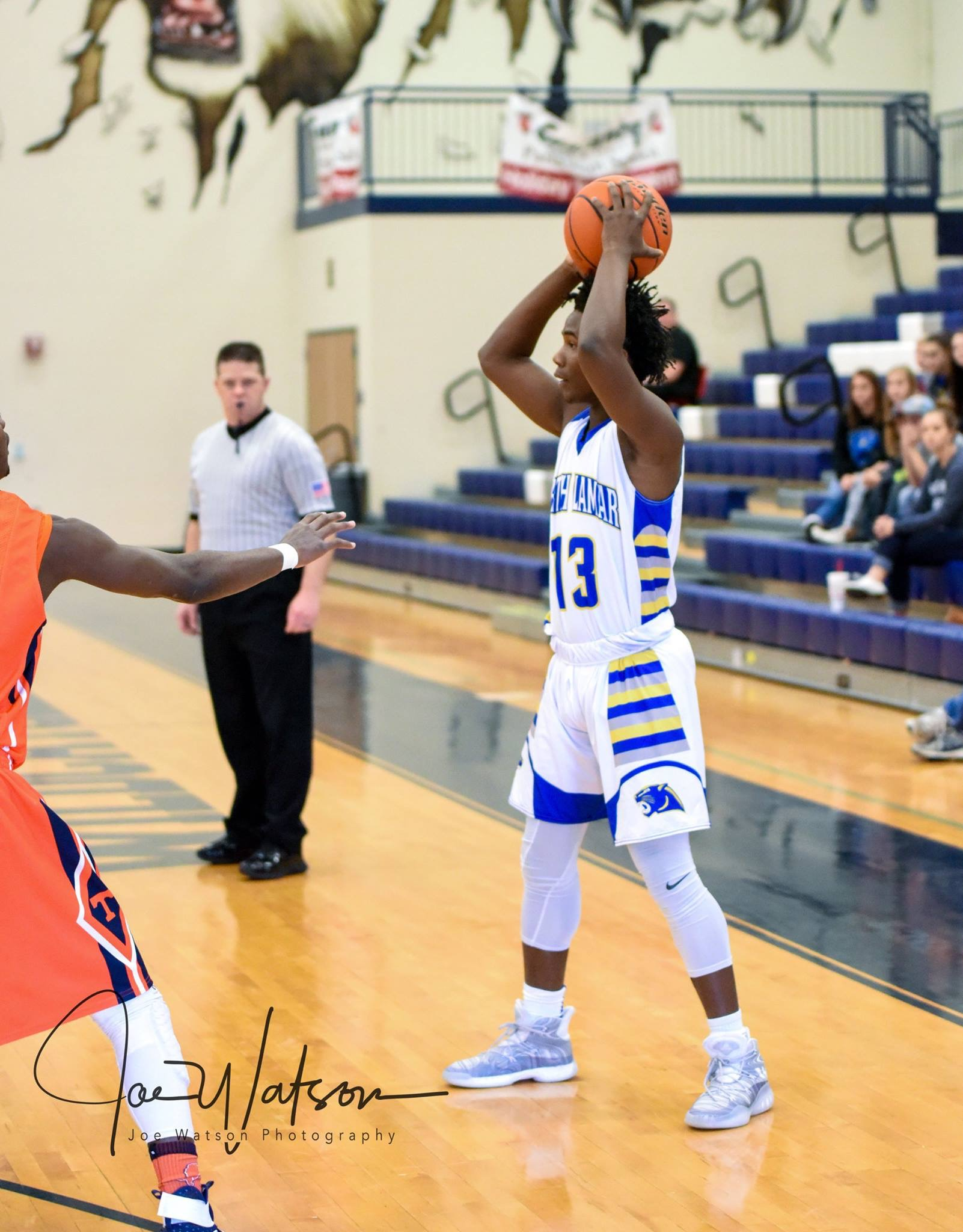 (Photo by Joe Watson) Menderiz Gray looking to pass the ball in a game earlier this season.