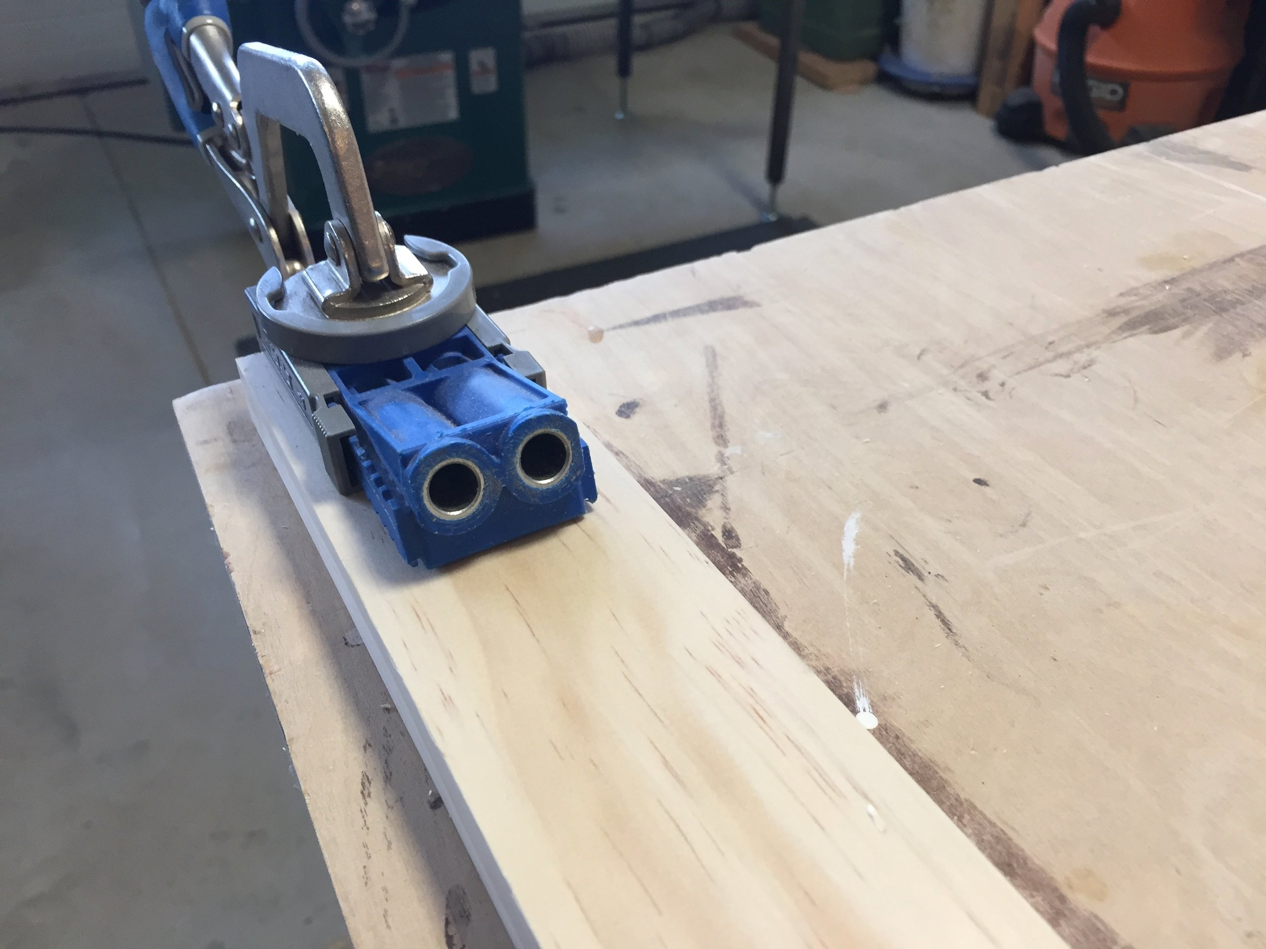 Setting up the Kreg Jig R3 to drill the skirts pocket holes