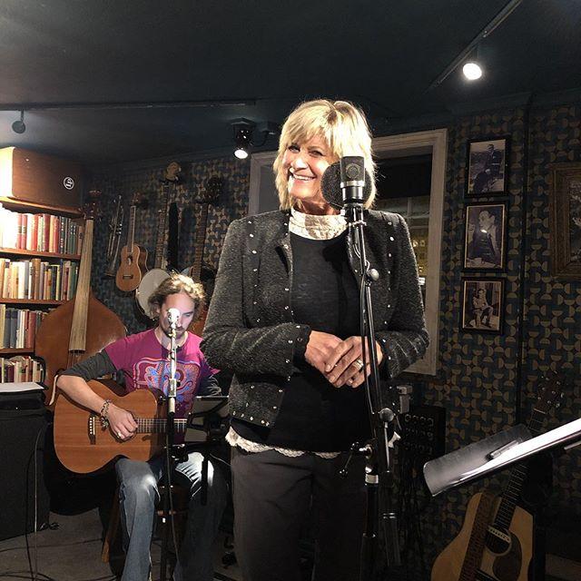 Topp stemning når Kari Gjærum spiller inn Syng! på @antikvariatet i @trondheimby 🎼🎤🎸 @larserikringen @skjalgraaen