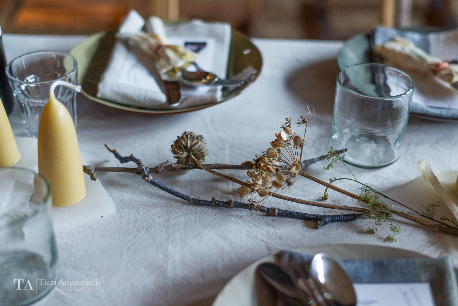 Details on the dining table.