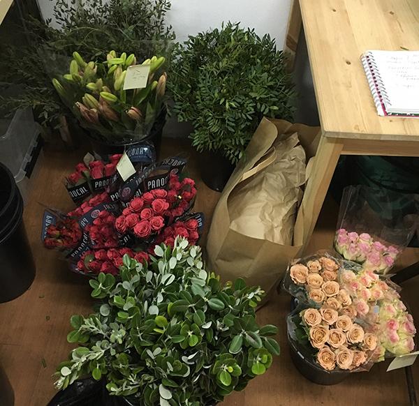 Вот так, без приукрас, выглядела наша мастерская - везде цветы...