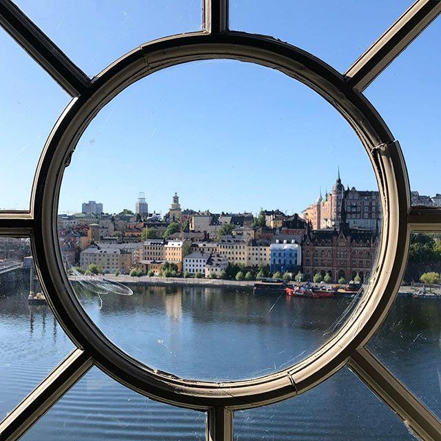 Честно говоря, когда мы вчера приехали в Стокгольм, город показался невнятным 🤨 После интересного Осло и аутентичного Бергена, он показался какой-то слишком средне-европейский. Особенно сложно, когда ты бесцельно бродишь по городу, смотришь и ничего не понимаешь. И все названия - непроизносимые, как будто «ругаются» на тебя 🙈 Ситуацию спасли экскурсии: утром по крышам и днём по старому городу. Все-таки, одно дело, когда ты просто бродишь, глазеешь и не понимаешь, а другое - когда тебе рассказывают про людей, живущих в нем, про их быт, идеи и ценности, и как они дошли до жизни такой. Как связаны внешний облик города, его люди и история 🤓 В каждом городе - по экскурсии! 😃 Мне нравятся экскурсии 15.15 ☺️👌🏻❤️
