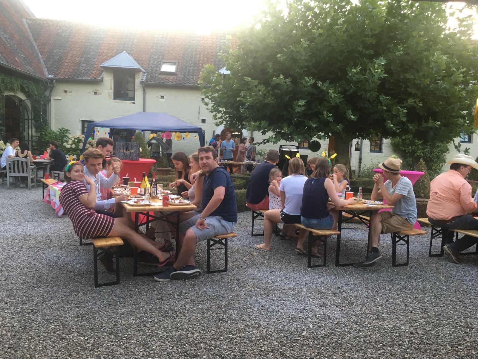 huren houten lange en ronde tafels voor elk feest Boom Puurs Antwerpen en Mechelen