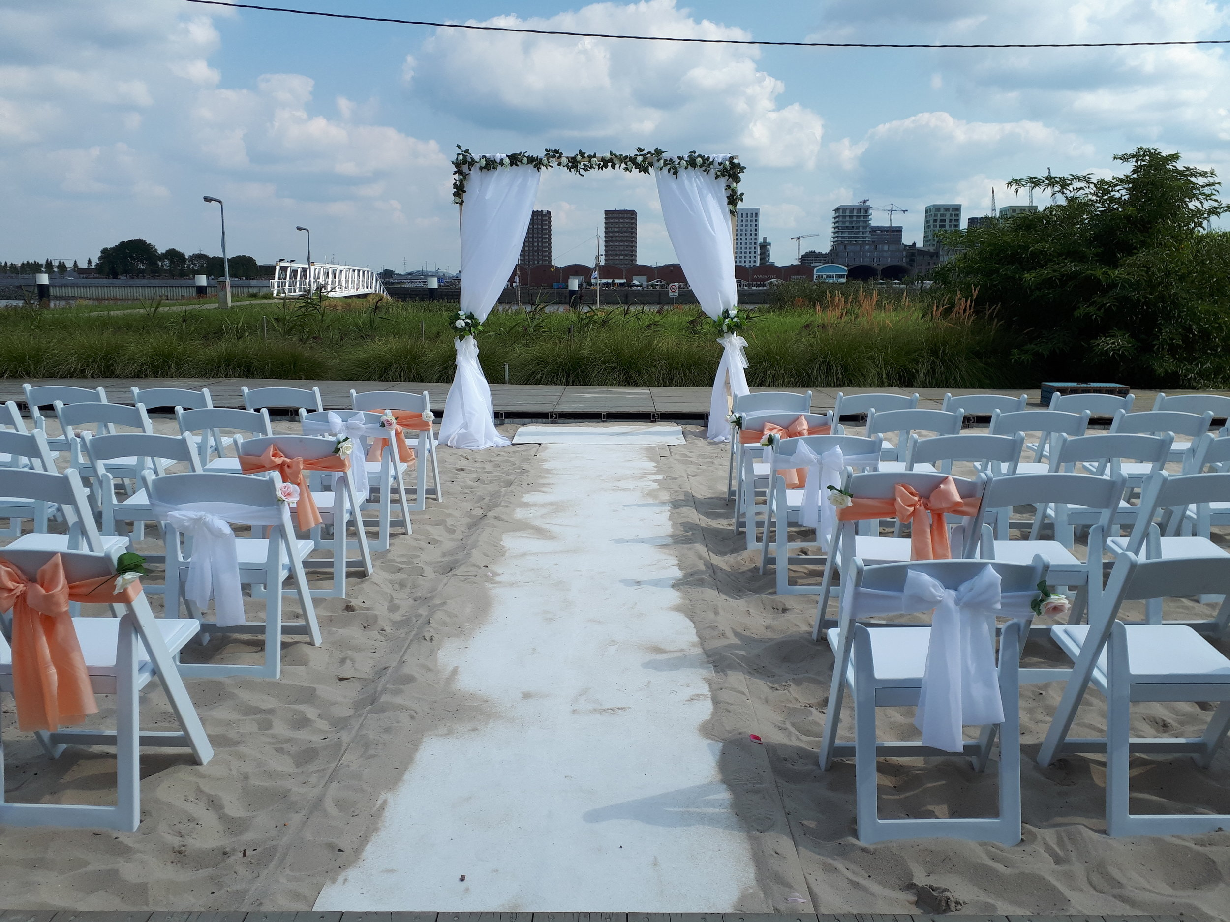 stoelen ceremonie wit hout huren