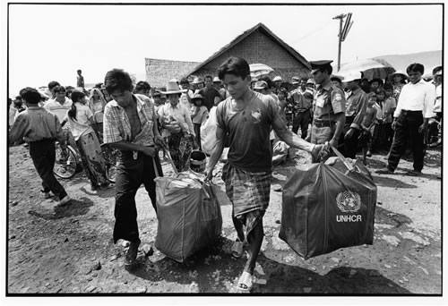 Cambodian refugees receiving UN aid