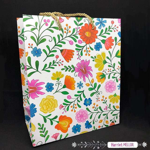 Beautiful samples arrived ! This is a gift bag by @elumdesigns featuring one of my floral designs. There is gift wrap too! #floral #artlicensing #giftbags #illustration #creativityfound #flowerartist #prettyflorals #inspireddaily #giftwrapping #flashesofdelight #harrietmellor
