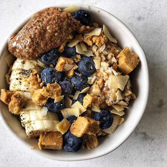 Here is a fall color palette for you... BAM! Vanilla & Cinnamon @eatbrekki + blueberries + banana + @hopkins_ag mexican chocolate almond butter + coconut chips + @perfectbar peanut butter chunks {📷: @cookesinthekitchen} • • • • #brekki #breakfast #nongmo #overnightoats #vegan #dairyfree #oats #foodofinstagram #wholefoods #oatmeal #beautifulcuisines #todayfood #foodgawker #healthy #f52grams #breakfast #buzzfeedfood #healthyfood #vegandessert #glutenfreevegan #goodmoodfood #instahealth #healthybreakfast #feedfeed#foodsforthought #huffposttaste #tastingtable #buzzfeast #makesmewhole