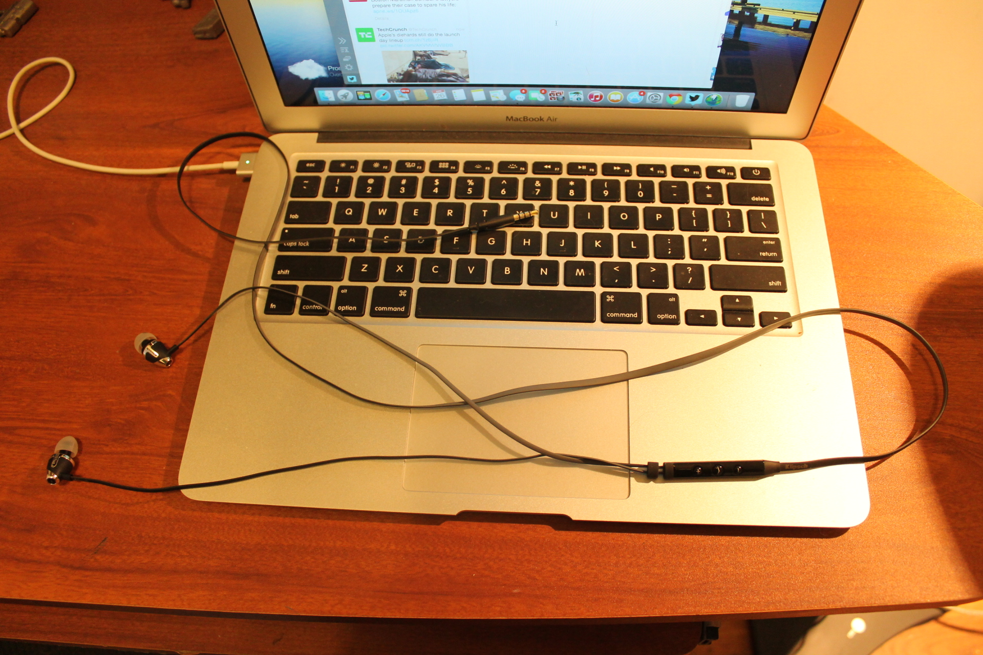 The Klipsch S4i  ll the elongated flat cable,I mean really its long