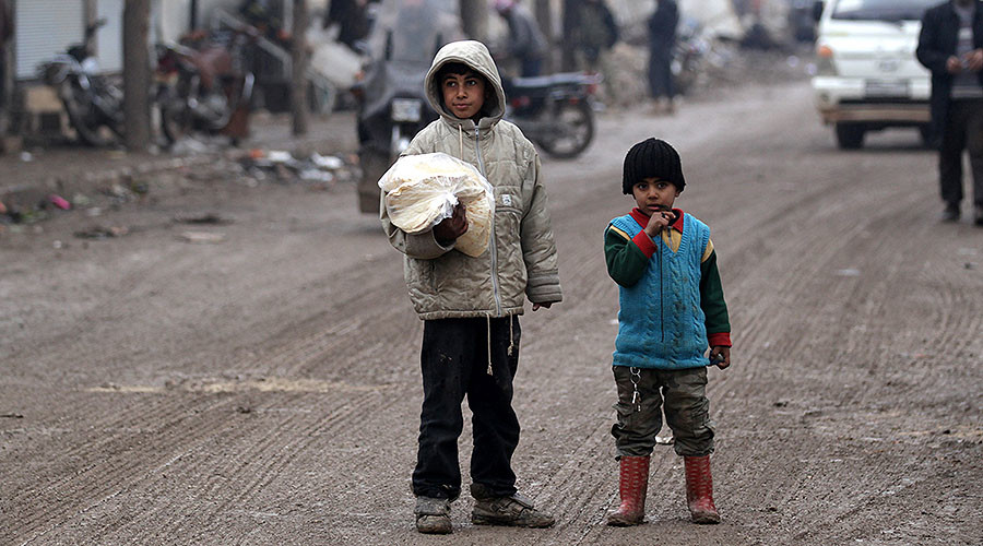 A boy carries a bag of bread in al-Rai town, northern Aleppo, Syria December 25, 2016. © Khalil Ashawi / Reuters
