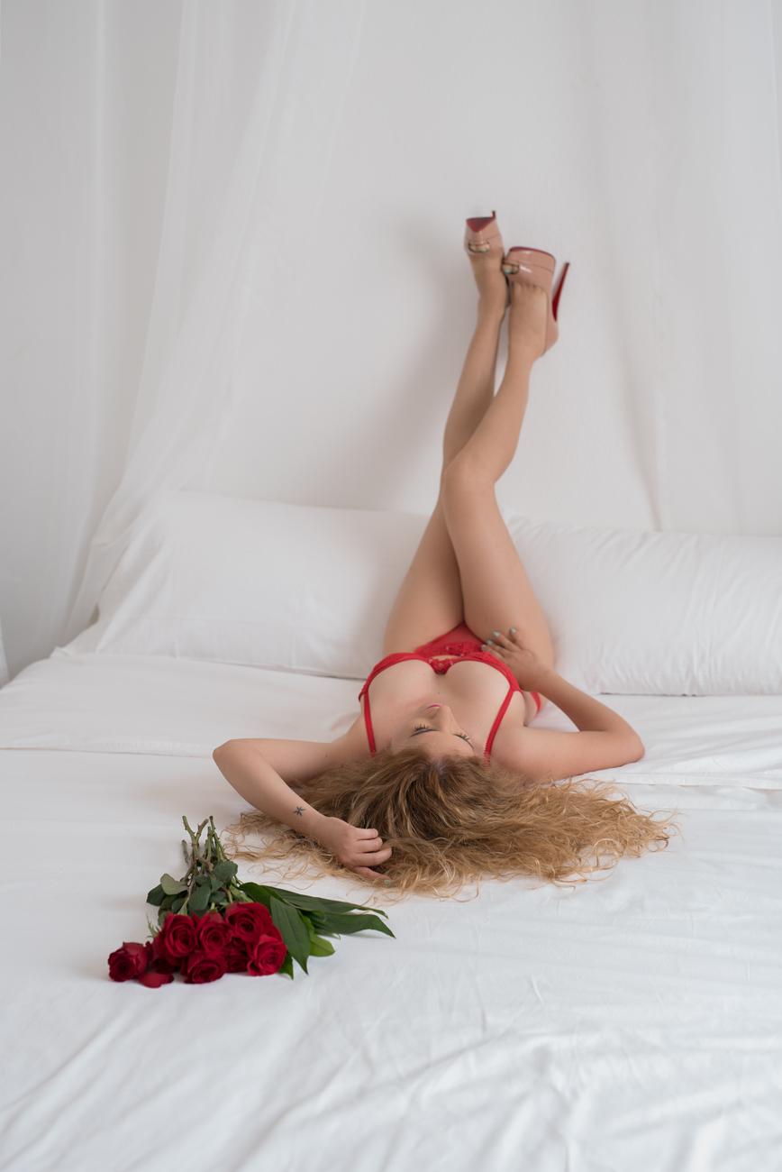 Valentine boudoir photo red roses