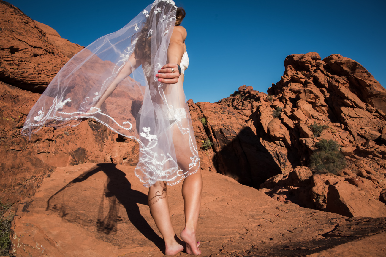 bride with vail desert outdoor boudoir