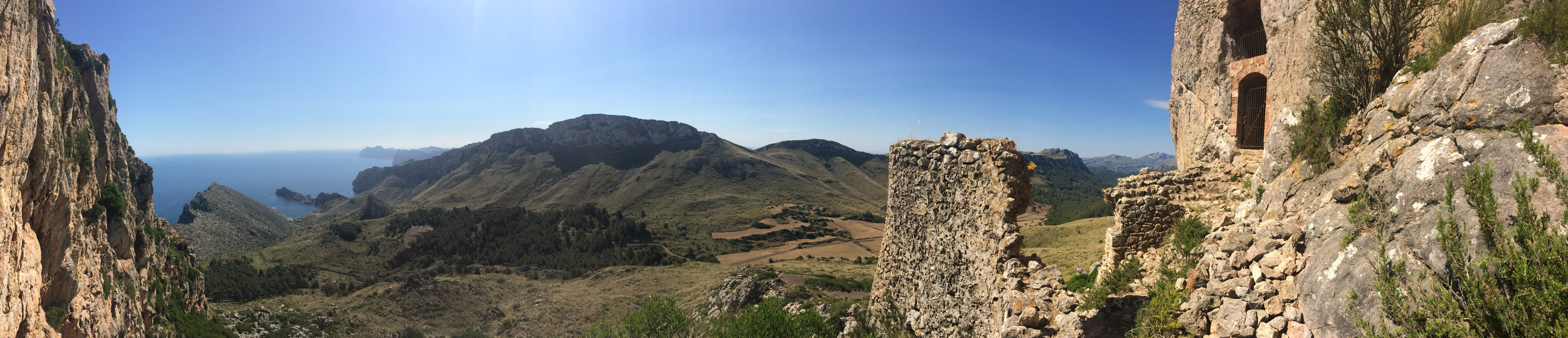 At the foot of the fortress, there were stunning panoramas of the valley we hiked. To the left the peninsula of the private beach can be seen.