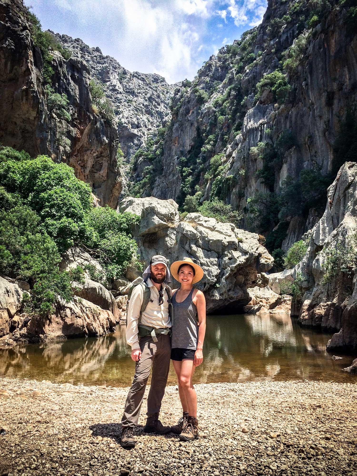 TDP-60-hiking-couple-torrent-de-pareis-mallorca-day-hike.jpg