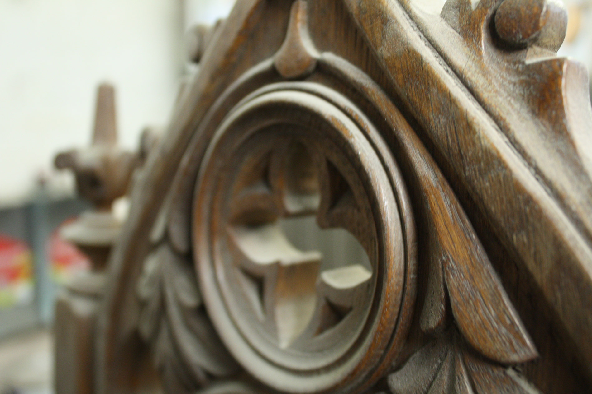 Restaurierung - Restaurierungs- und Instandsetzungsarbeiten sind vor allem bei Möbeln und Bauelementen gefragt. Detailgetreues und stilgerechtes Aufarbeiten steht hierbei im Fokus.Durch die Schulung und Erfahrung mit dem Reparatursystem der Marke RepairCare können auch grobe Schäden wieder behoben werden. So können alte Schätze zu neuem Leben erweckt werden.