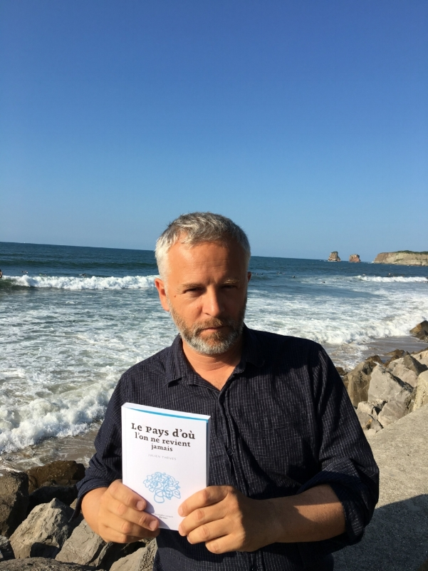 Julien, hier soir, sur une plage de la ville de son enfance, la ville de son roman, la fameuse ville de H,Hendaye. (Avez-vous saisi le visuel de couverture ?)