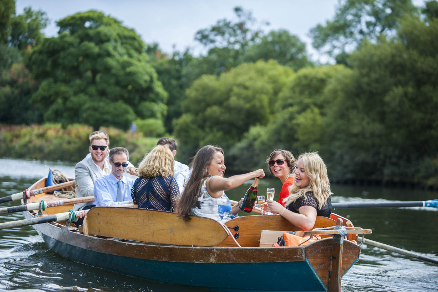 WEDDING-GUESTS-OPEN-CHAMPAGNE-BOAT-THAMES.jpg