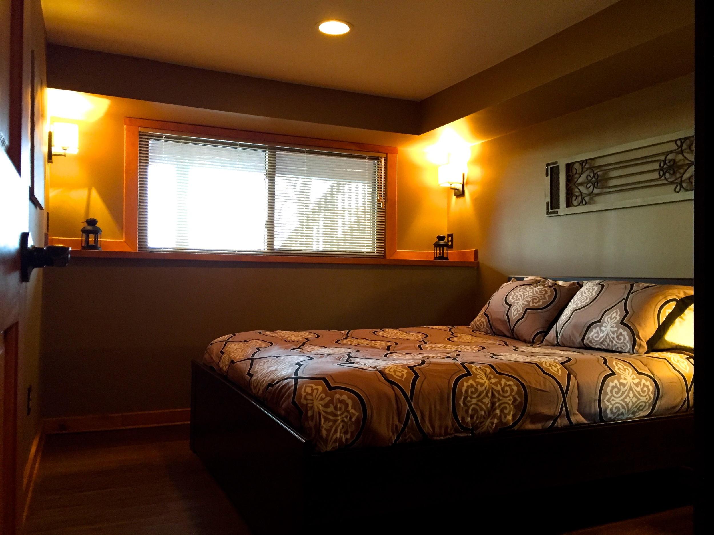 Master bedroom with queen bed. (bedding not included)