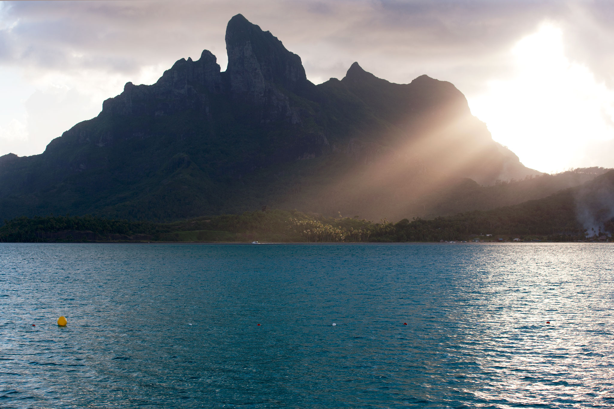 Rays over Mt. Otemanu : Bora Bora