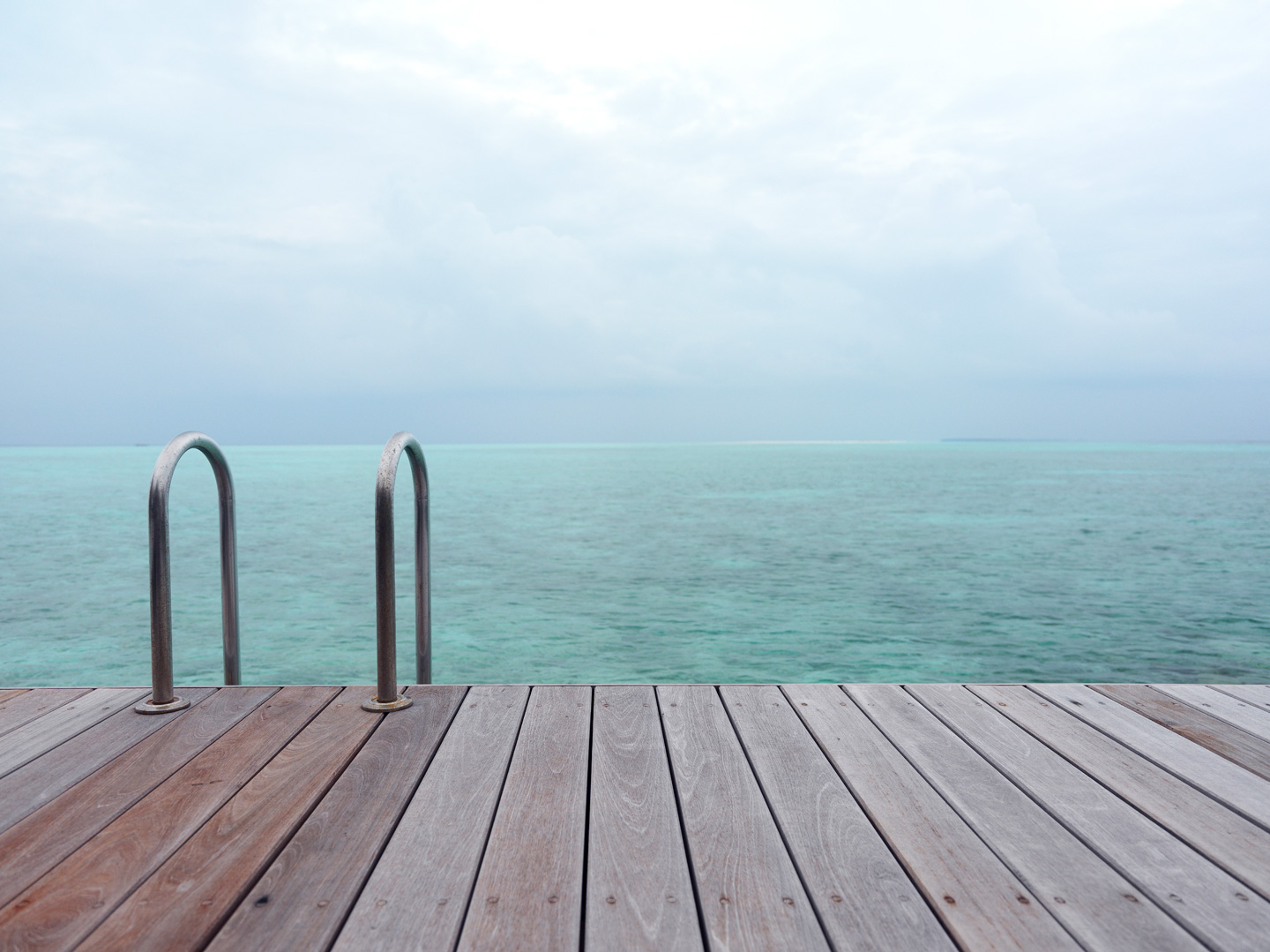 Dock and turquoise waters : Maldives
