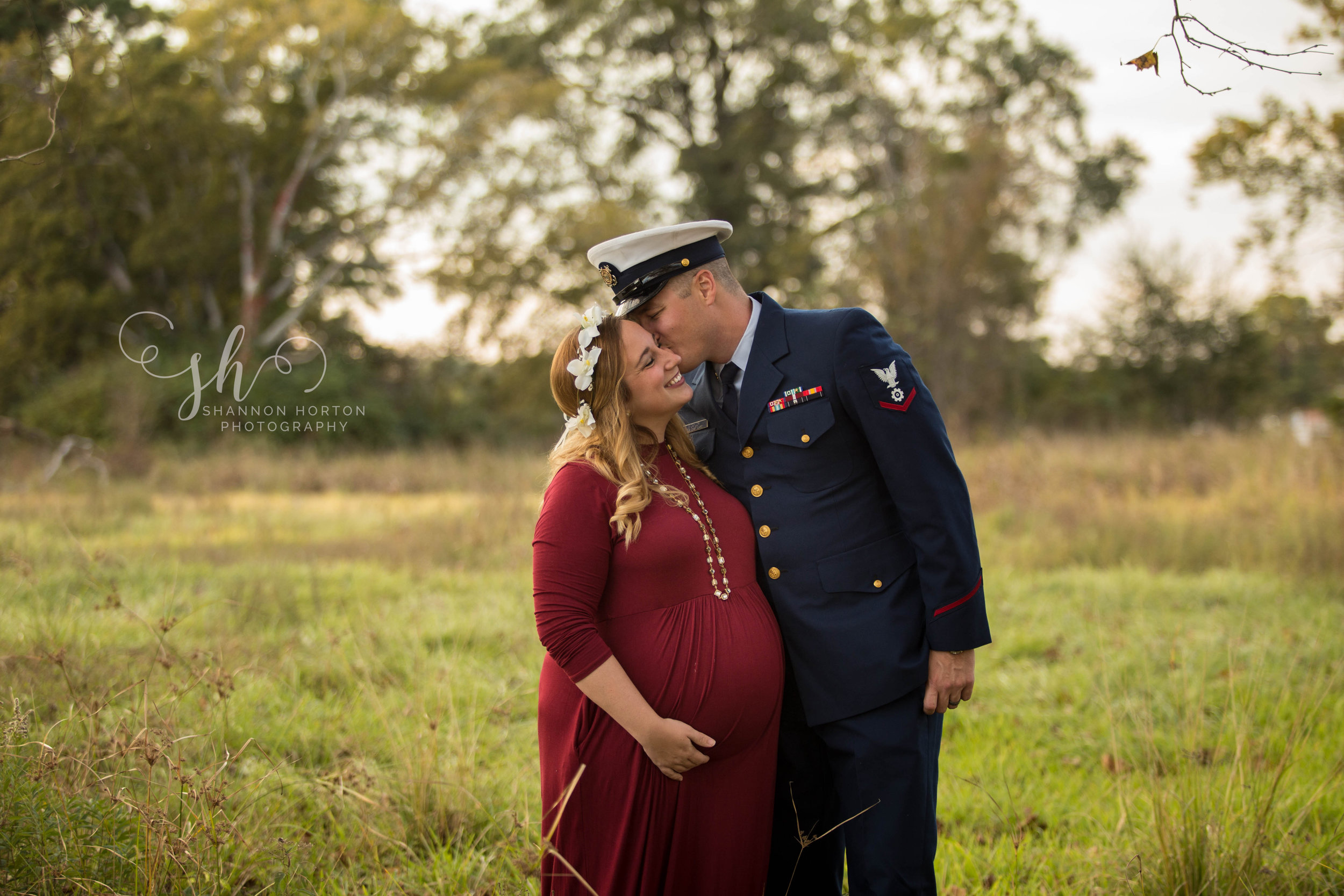 military-dad-kissing-pregnant-wife