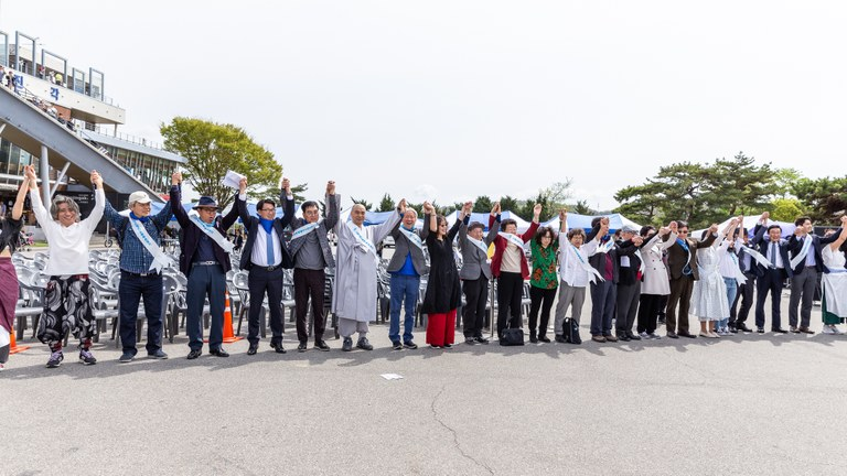 People joining hands in a form of 'human peace chain' along the 500 km long Demilitarized Zone between South and North Korea. (Photo: John C Park/DMZ)