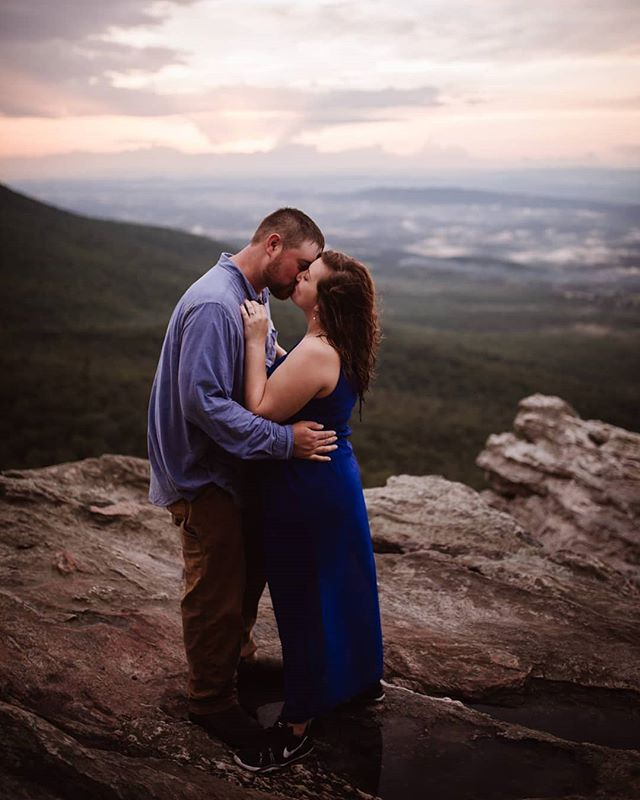 They hiked through the rain to share this kiss in front of a beautiful sunset ❤️ You tell me, was it worth it!?