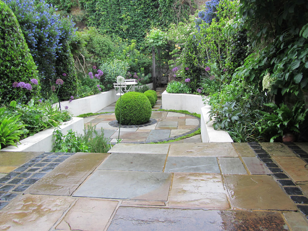 This isa photographtaken 2 years  after the initial design and finishedconstruction of a garden byHCL – it not only shows how the planting scheme selected has matured as planned but it shows the high standards of ourHCL maintenance service.