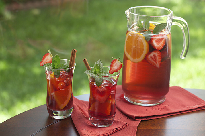 Red_Sangria_with_Strawberries_0.jpg