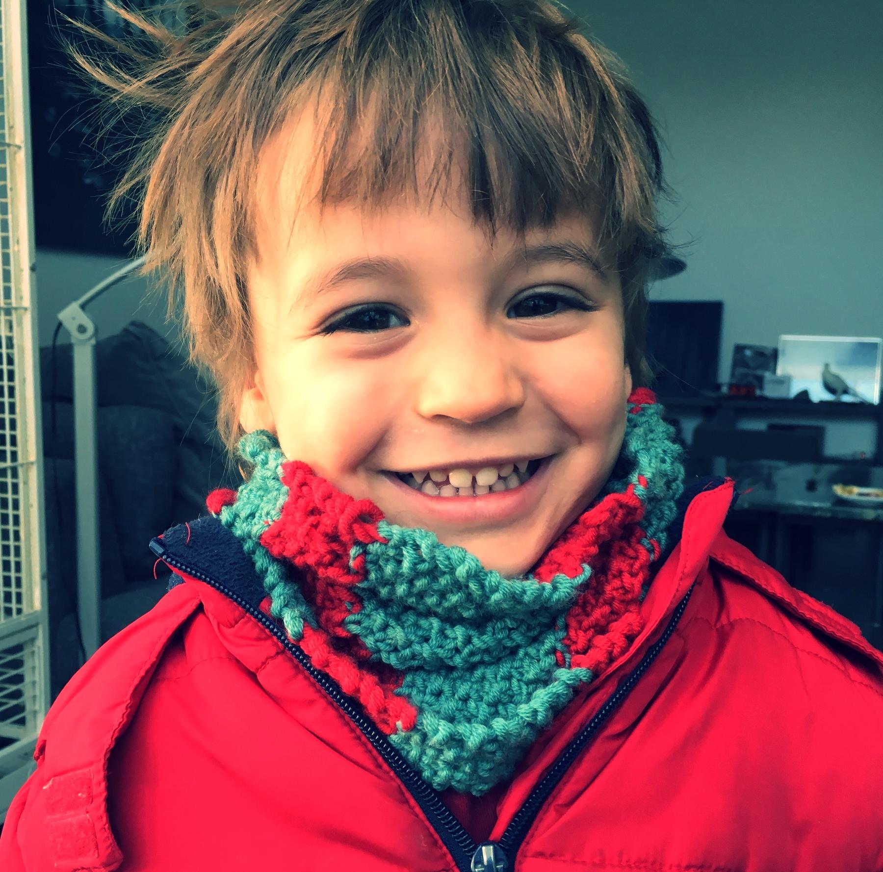 Mon petit et son tricot tout neuf, pas plus tard qu'aujourd'hui.