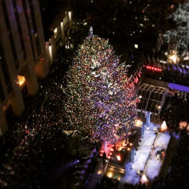 All lit up #nyc #rockefellercenter #rockefellerchristmastree