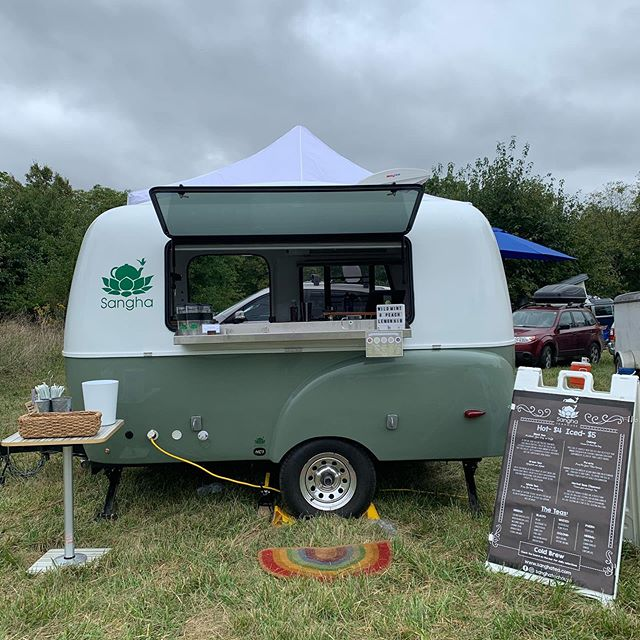 Grey skies aren't gonna damper our fun @pasturepalooza  Super pumped to be here with smiling faces and new friends! . . . #mobileteabar #befreetotea #festivaltea #happiercamper #yesthisismydayjob #tealife