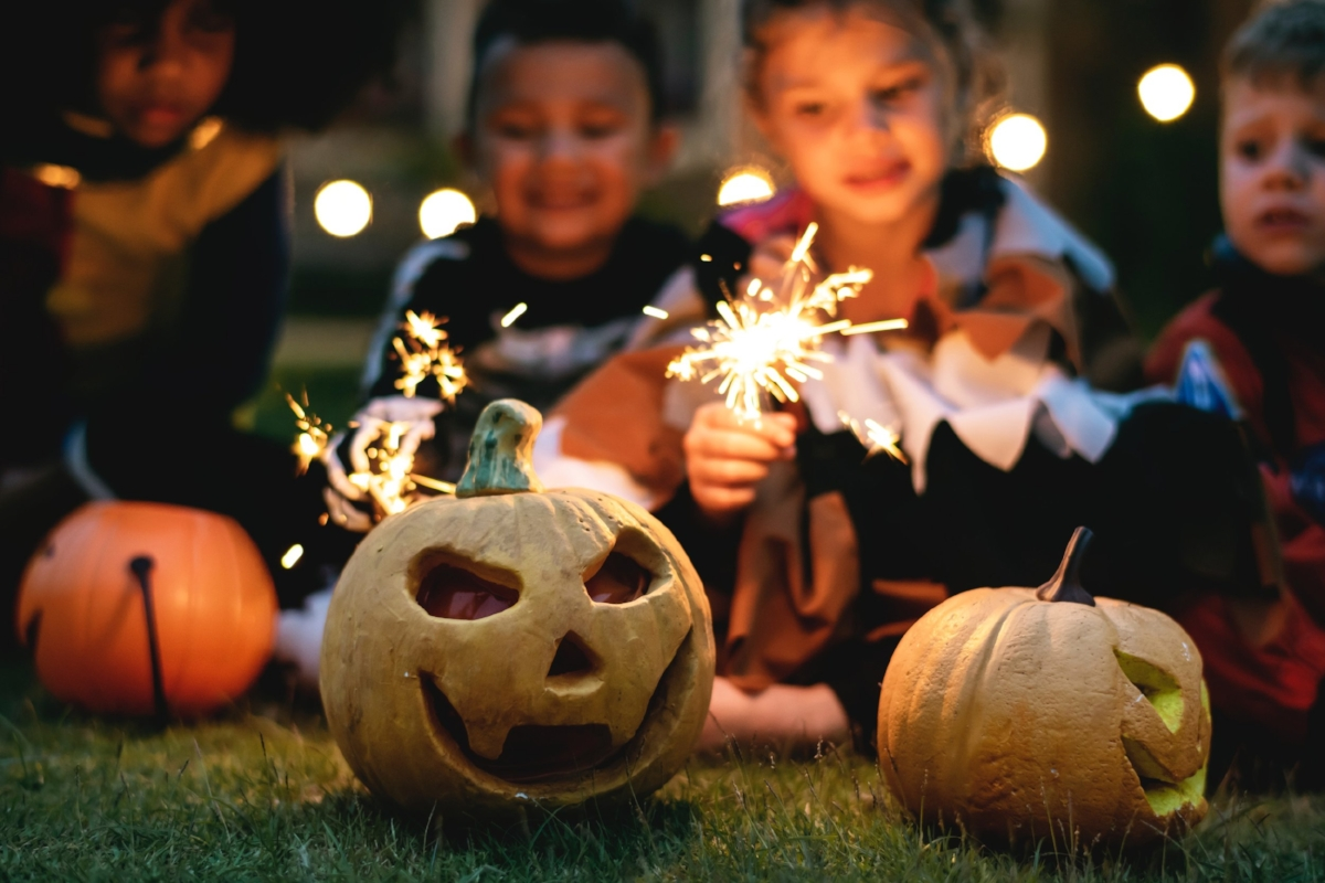 boys-carved-pumpkin-celebration-1371178.jpg